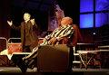 Лев Дуров (справа) в роли Вольфганга Швиттера и Никита Салопин в роли священника в спектакле Метеор.