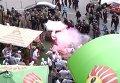 Фанаты бросают шашки на Майдане Незалежности в Киеве