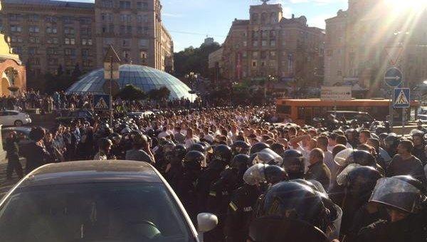 Столкновения фанантов и милиции на Майдане Незалежности в Киеве