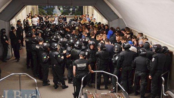 Задержания фанатов на станции метро Арсенальная