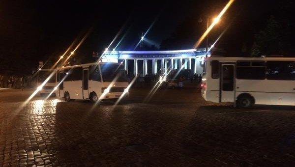 Польских фанатов вывозят из центра Киева