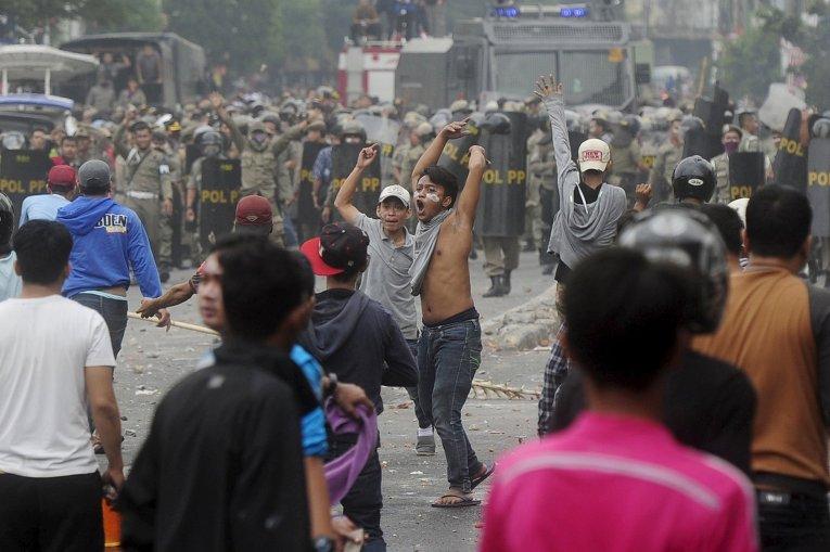 Протесты и столкновения в столице Индонезии Джакарте