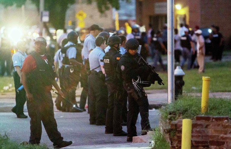 Стихийный митинг в Сент-Луисе (штат Миссури), где как полицейские застрелили вооруженного афроамериканца