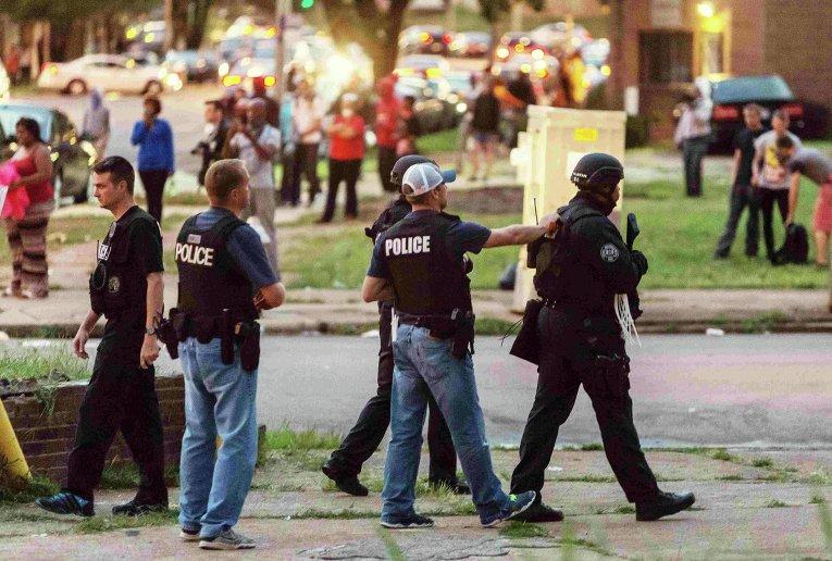 Митинг в Сент-Луисе (штат Миссури), где как полицейские застрелили вооруженного афроамериканца