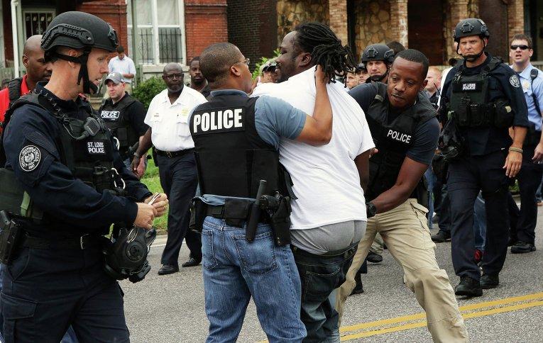 Задержание наиболее активных участников митинга в Сент-Луисе, где был застрелен афроамериканец