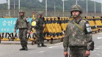Южнокорейские солдаты у моста недалеко от границы деревни Панмуном в Паджу, Южная Корея