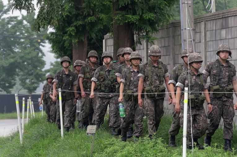 Южнокорейские солдаты возвращаются с патруля на границе с КНДР в Паджу