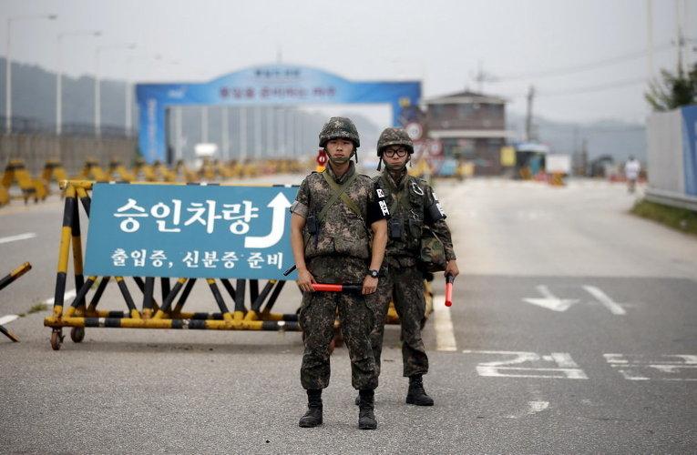 Южнокорейские солдаты стоят на страже в контрольно-пропускном пункте на Мосту Великого Объединения к югу от демилитаризованной зоны, разделяющей две Кореи, в Паджу