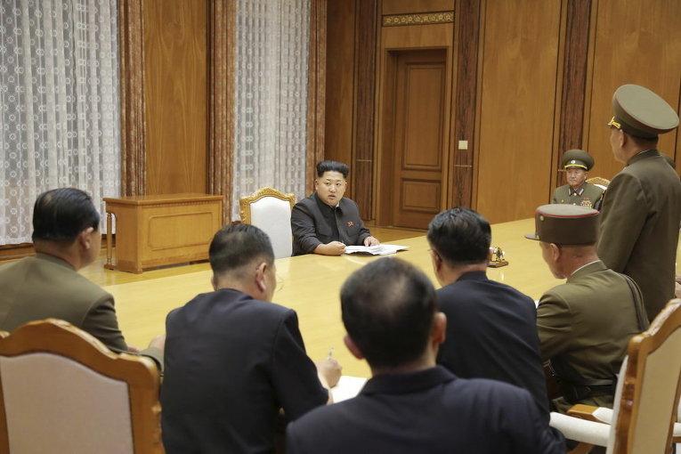 Северокорейский лидер Ким Чен Ын выступает на экстренном заседании Трудовой партии Кореи (ТПК) Центрального военного совета в Пхеньяне