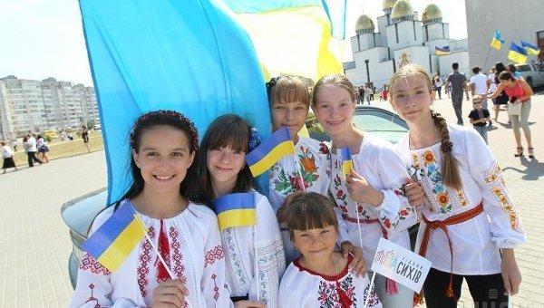 Участники парада вышиванок, приуроченного ко Дню Независимости, во Львове