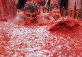 Томатная битва в Испании. Десятки тысяч туристов