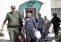 Ополченцы ДНР ведут украинских военнопленных перед новым раундом обмена пленными в Донецке