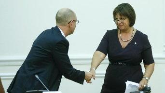 Украинский премьер-министр Арсений Яценюк пожимает руку министру финансов Наталье Яресько во время заседания правительства в Киеве