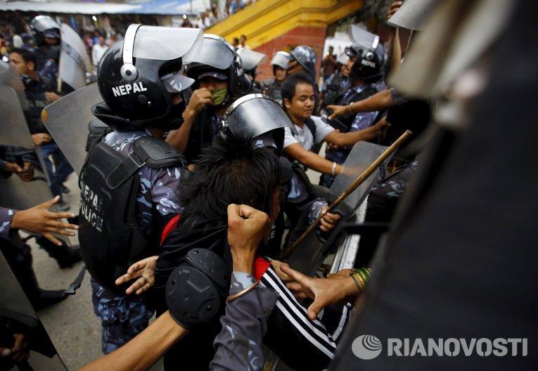 Полиция задержала участника митинга против изменений в Конституцию Непала.
