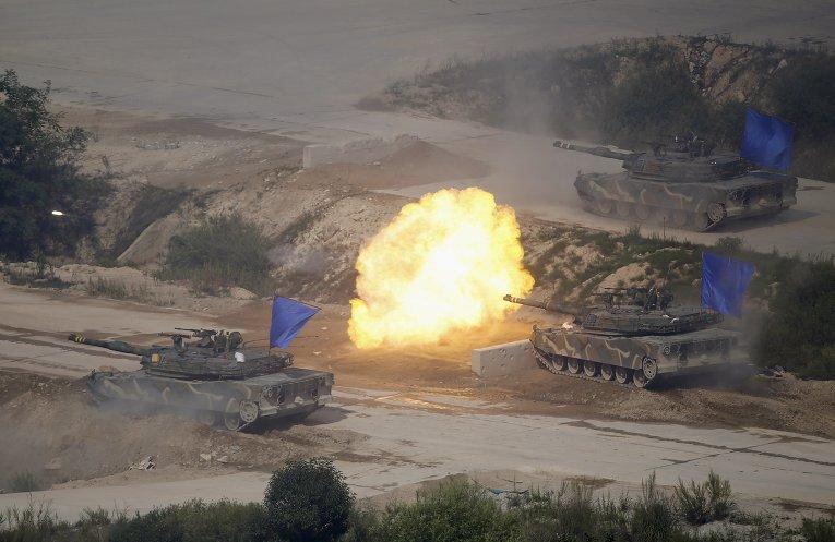Южнокорейские танки на учебных стрельбах в демилитаризованной зоне