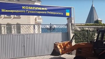 В Одессе активисты бульдозером снесли ворота замка у моря Кивалова. Видео