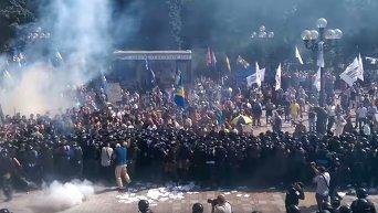 Взрывы гранат и шашек под Верховной Радой. Видео