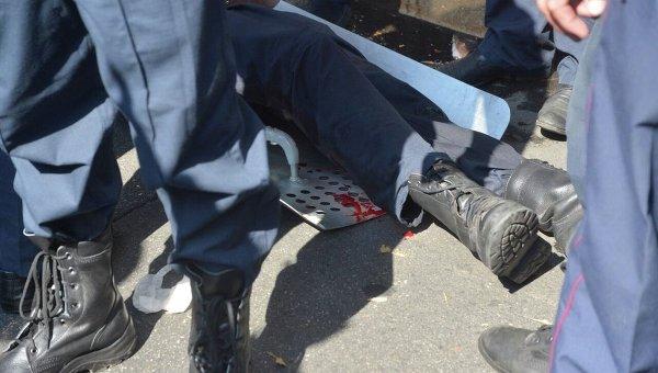 Раненный военнослужащий под стенами Верховной Рады