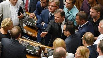 Лидер Радикальной партии Олег Ляшко (в центре) на открытии третьей сессии Верховной Рады восьмого созыва