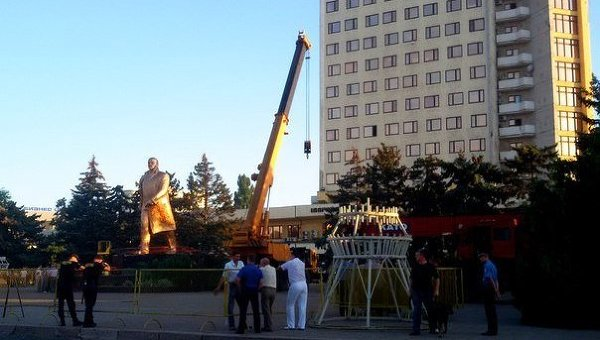 Снос памятника Ленину в Ильичевске