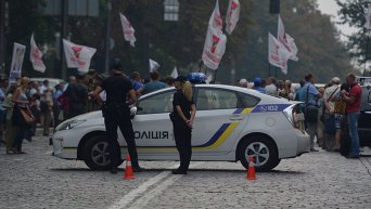 Перекрытая улица Грушевского из-за митинга вкладчиков Дельта банка
