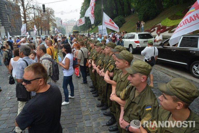 Солдаты Нацгвардии создали на улице Грушевского коридор для проезда транспорта