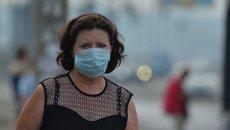 Киевляне носят маски после того, как столицу Украины накрыло смогом и гарью, 3 сентября 2015 г.