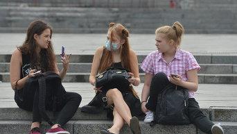 Киевляне носят маски после того, как столицу Украины накрыло дымом