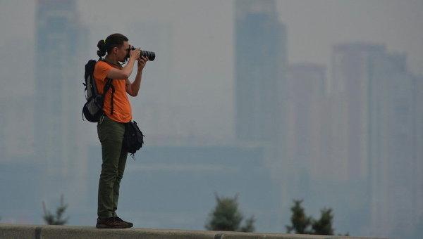 Киев в дыму от лесного пожара