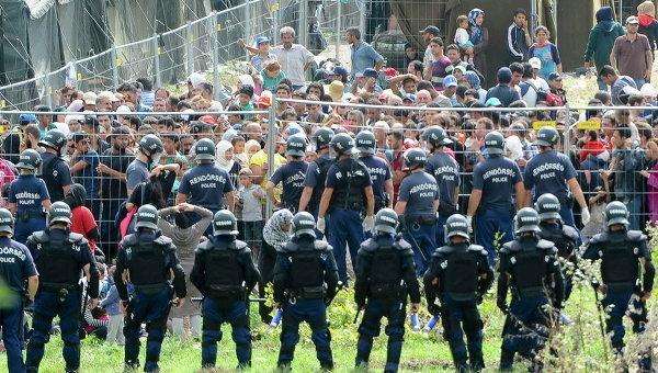 Полиция и мигранты у центра приема в Венгрии
