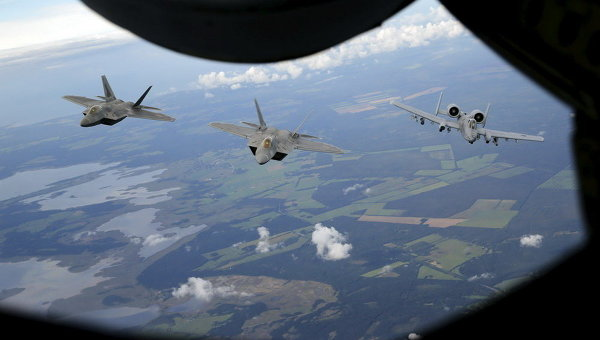 Истребители над эстонской столицей Таллином, близ новой авиабазы НАТО. Архивное фото