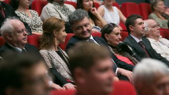 Петр Порошенко с супругой Мариной на торжественном вечере по случаю 50-летия премьеры художественного фильма Тени забытых предков