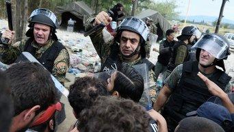 Столкновения македонской полиции с сирийскими беженцами на границе с Грецией