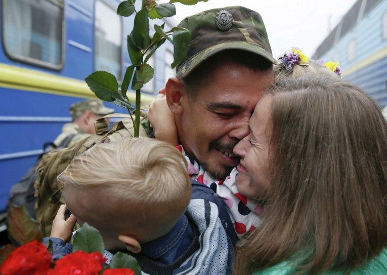 Боец 44 артбригады вернулся из зоня АТО  в Киев после ротации
