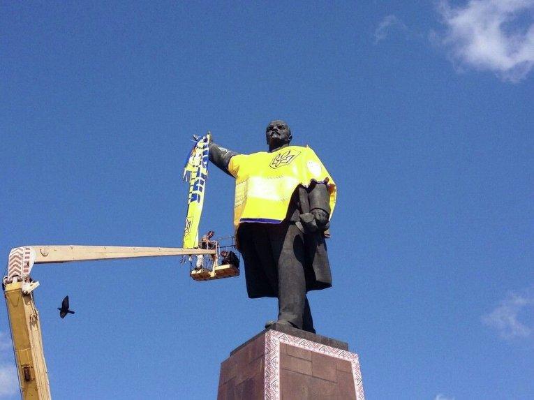 Памятник Ленину в Запорожье переодели в желто-синюю футболу сборной Украины.