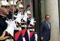 Президент Франции Франсуа Олланд встречает иностранную делегацию в Елисейском дворце в Париже