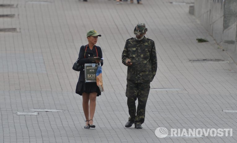 Люди в военной форме на улицах Киева