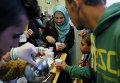 Беженцы из стран Ближнего Востока на вокзале Вестбанхоф в Вене