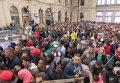 Толпа беженцев на вокзале в Венгрии