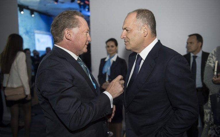 Виктор Пинчук (справа) на форуме YES-2015