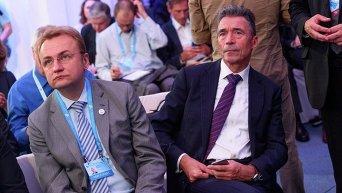 Андрей Садовый и Андерс Фог Расмуссен на форуме YES