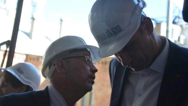 Мэр Киева Виталий Кличко и секретарь Киевсовета Алексей Резников на месте демонтажа незаконной застройки