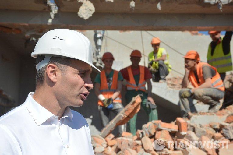 Мэр Киева Виталий Кличко на месте демонтажа незаконной застройки