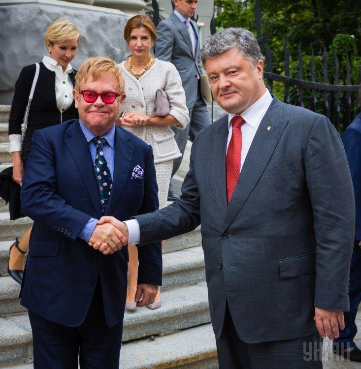 Порошенко подарил Элтону Джону футболки сСавченко иСенцовым