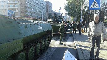 Военная техника и ополченцы на центральной площади Донецка