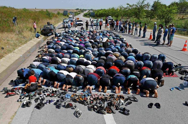 Мигранты во время молитвы в турецком Эдирне.