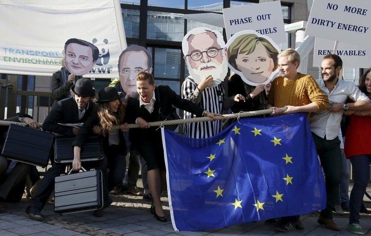 Экологические активисты на акции протеста у здания Совета Европейского Союза в Брюсселе, Бельгия.