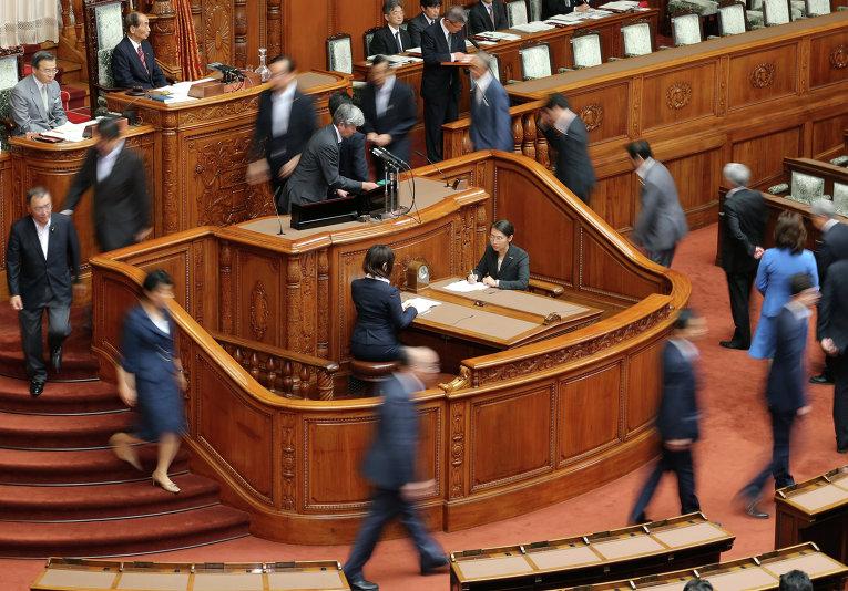 Демократическая партия Японии - главная оппозиционная сила в стране - внесла на рассмотрение верхней палаты парламента резолюцию о порицании премьер-министра Синдзо Абэ в попытке отсрочить голосование по законопроекту, расширяющему полномочия национальных сил самообороны.
