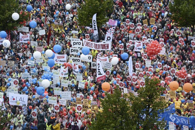 Протестующие собрались на центральном железнодорожном вокзале в Хельсинки, Финляндия, в пятницу, 18 сентября 2015 г. Участники акции протеста, работающие в транспортной отрасли страны, протестуют против правительственных сокращений.