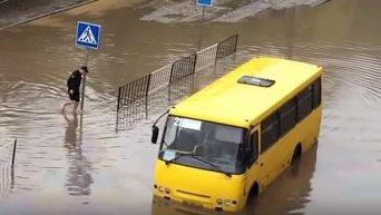 Львовская полиция спасает людей на затопленных улицах